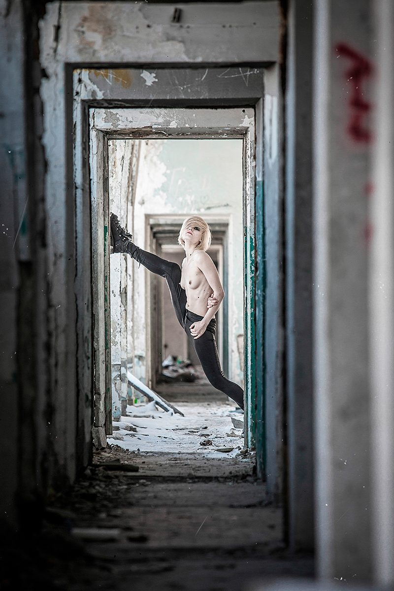 Anastasija Klee, Peace of Meat, exhibition, Photographer, Ivan Bessedin, Model, Fashion, designer, Indira Muratova, Almaty, art, model, style, abandoned, photo session, photoset, photography, thrash, trash, garbage, pollution, ecology, dirty, girl, naked, nude, concrete, reinforcement, armature